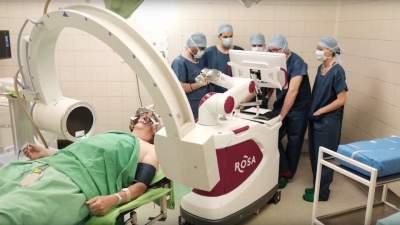 ROSA idegsebészeti robottal dolgozik dr. Erőss Lóránd munkacsoportja