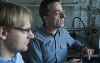 Acsády László és Mátyás Ferenc az MTA KOKI laboratóriumában