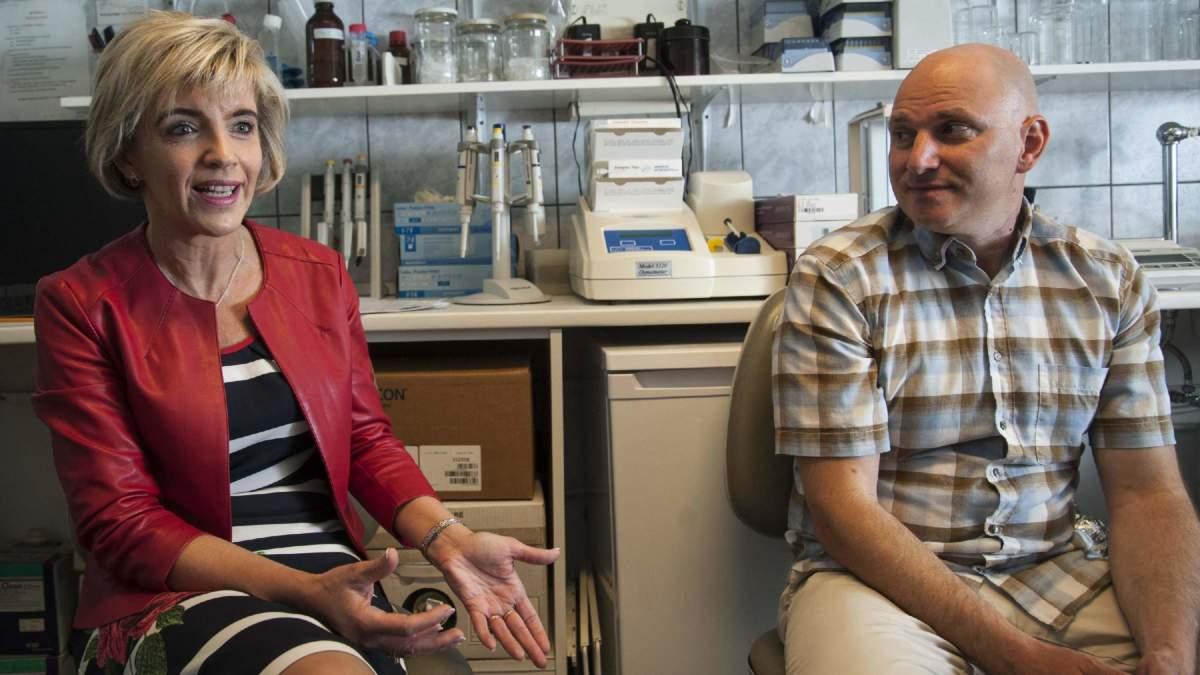 Helyes Zsuzsanna és Dénes Ádám az MTA KOKI laborjában - forrás: mta.hu/Szigeti Tamás