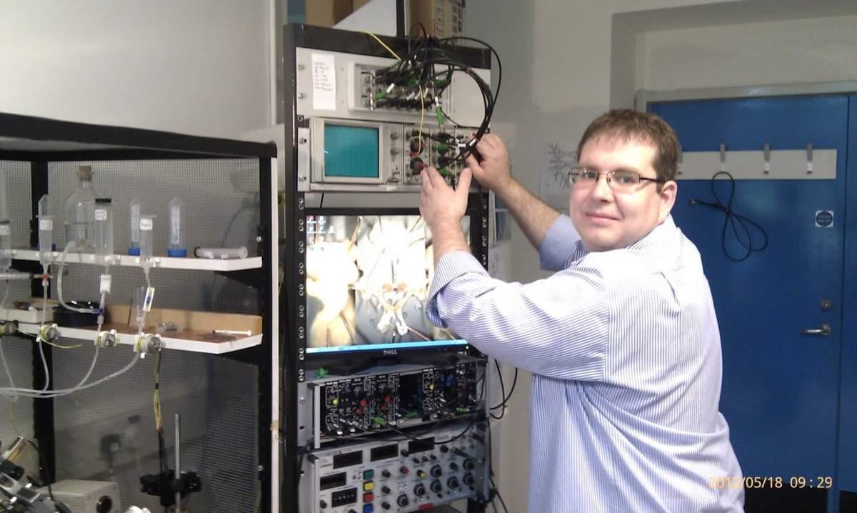 MTA-ÖK BLI_NAP Adaptációs Neuroetológiai Kutatócsoport – Dr. Pirger Zsolt elektrofiziológiai mérőállás szerelése közben